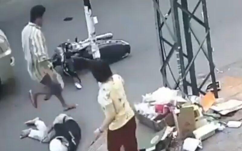 Bukannya Nolong, Pria Ini Malah Bolak-balik Melangkahi Korban Kecelakaan